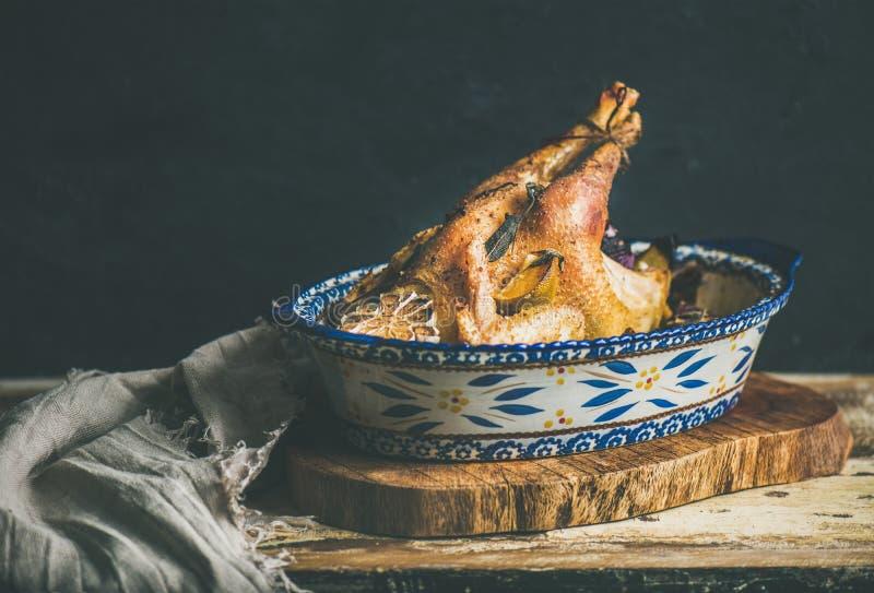 Piec cały kurczak dla wigilii świętowania stołu zdjęcia stock
