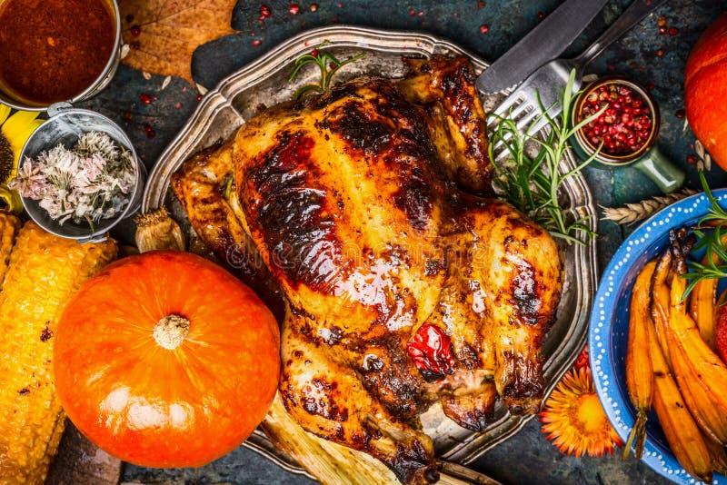 Piec cały kurczak lub indyk słuzyć z banią, piec na grillu warzywami i kukurudzą, odgórny widok obrazy royalty free