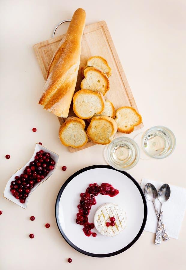 Piec Camembert z cranberries i wznoszącym toast chlebem Odgórny widok zdjęcie stock