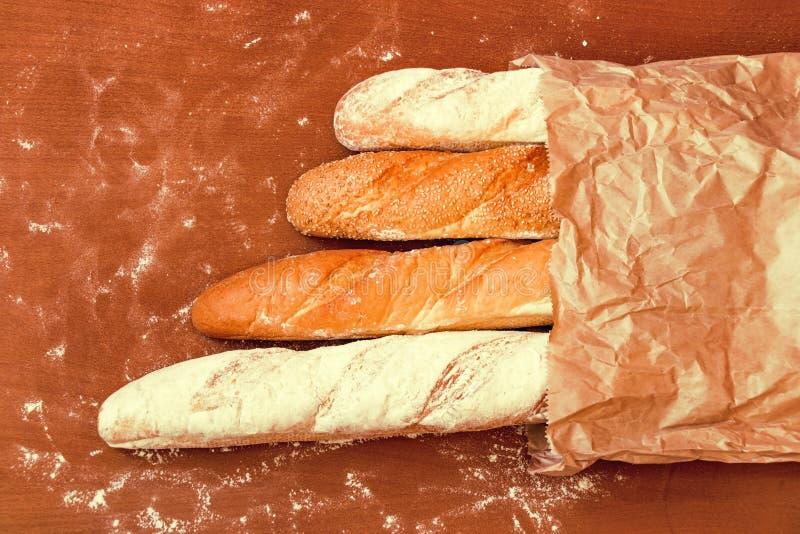 Piec chleb na drewnianym stołowym tle zdjęcie royalty free