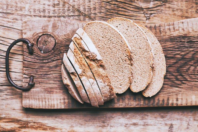 Piec chleb na drewnianym sto?owym tle zdjęcia royalty free