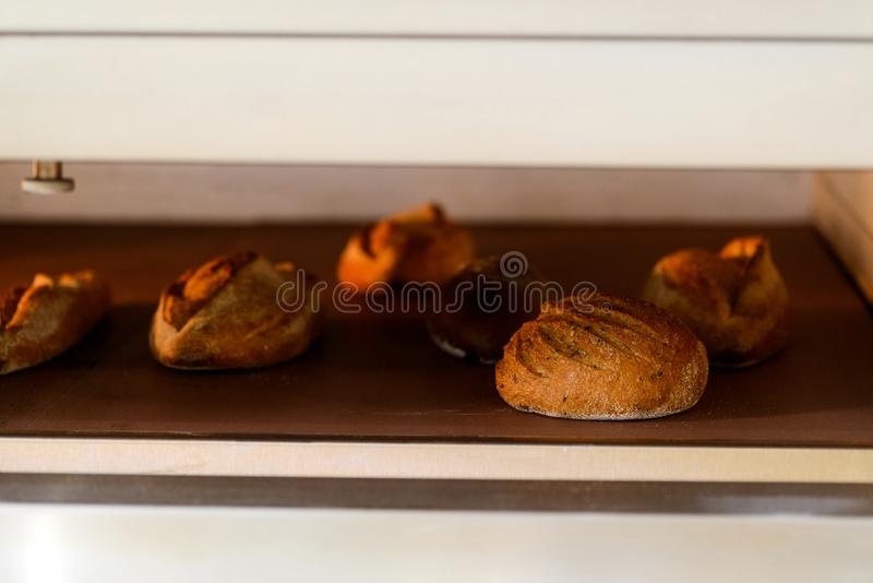Piec chleb w piekarniku obrazy royalty free