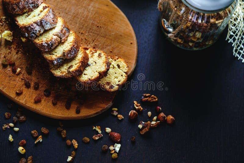 Piec chleb z rodzynkami i dokrętkami fotografia stock