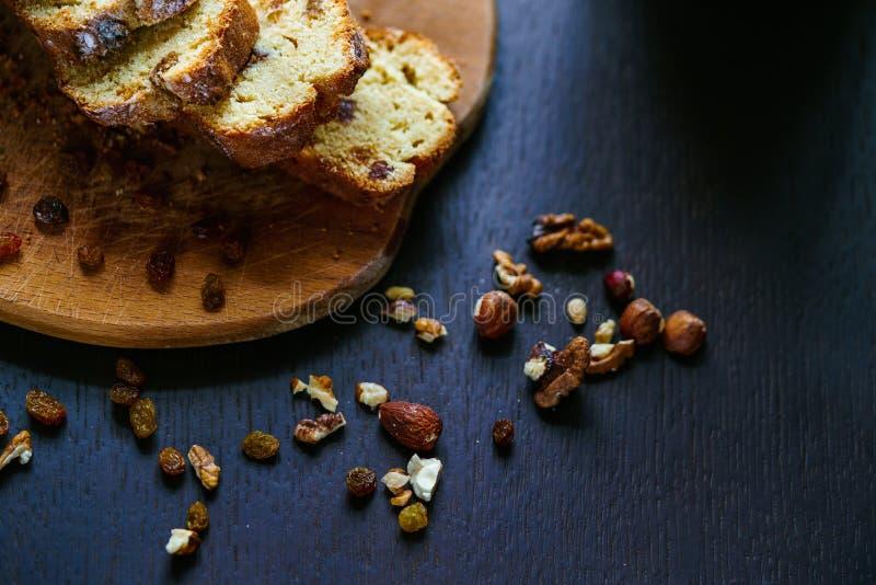 Piec chleb z rodzynkami i dokrętkami obraz royalty free