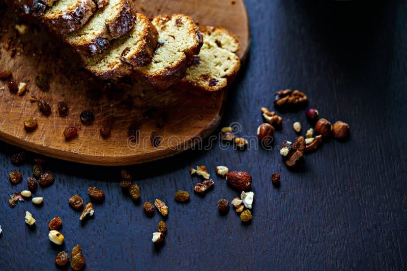 Piec chleb z rodzynkami i dokrętkami obrazy royalty free