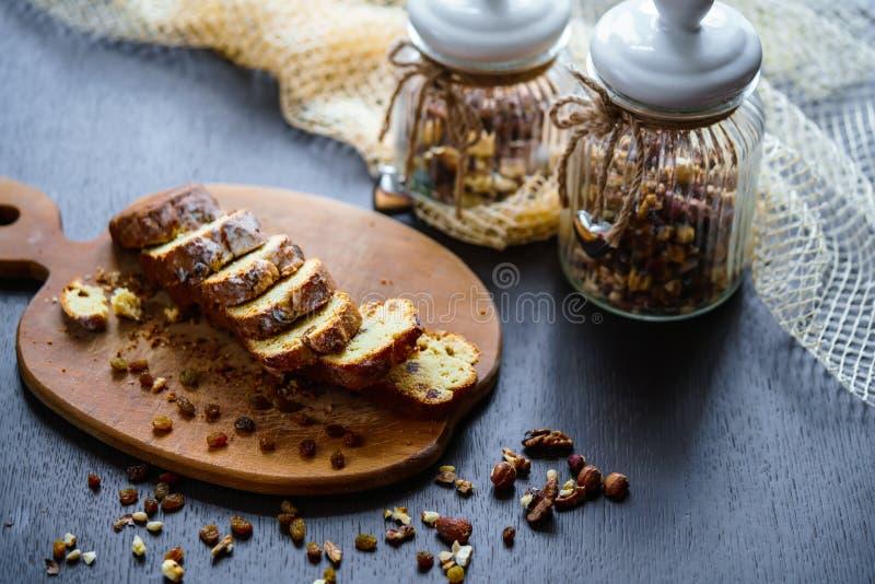 Piec chleb z rodzynkami i dokrętkami zdjęcia stock