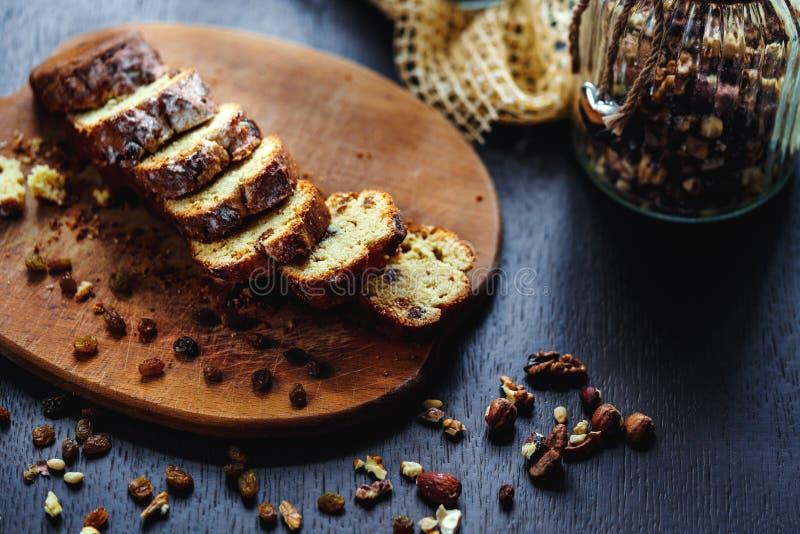 Piec chleb z rodzynkami i dokrętkami zdjęcia royalty free