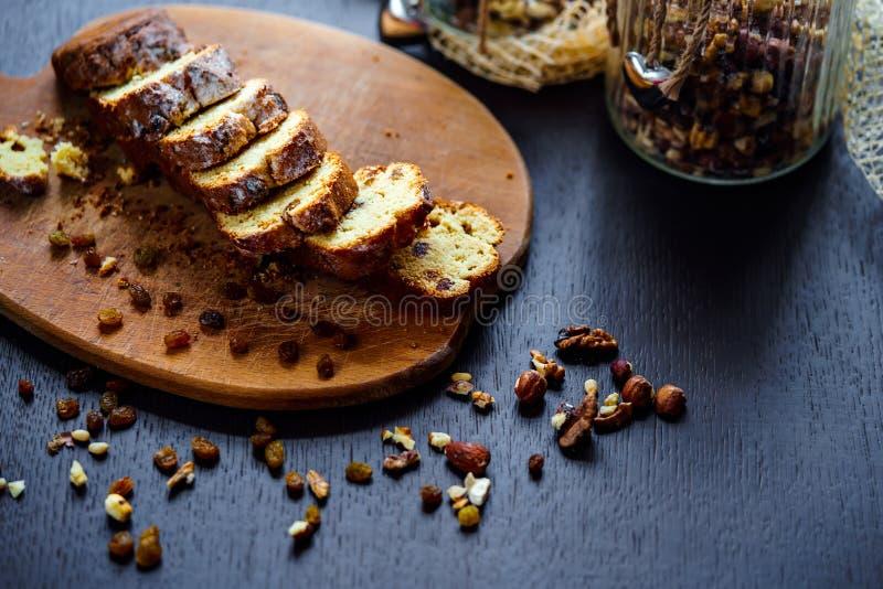 Piec chleb z rodzynkami i dokrętkami zdjęcie stock
