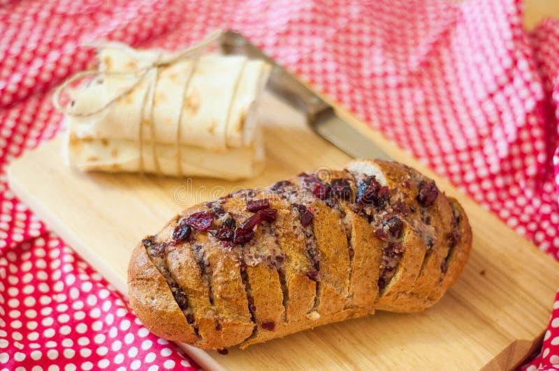 Piec chleb z serem i suszyć wiśniami fotografia stock