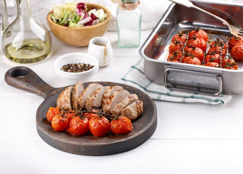 Piec czereśniowi pomidory i smażąca kaczki pierś obraz stock