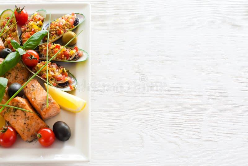Piec czerwieni rybi i faszerujący mussels copyspace obrazy stock