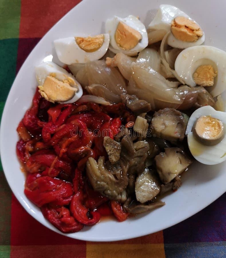 Piec czerwoni pieprze, słodkie cebule, aubergines i gotujący się jajka, obrazy stock