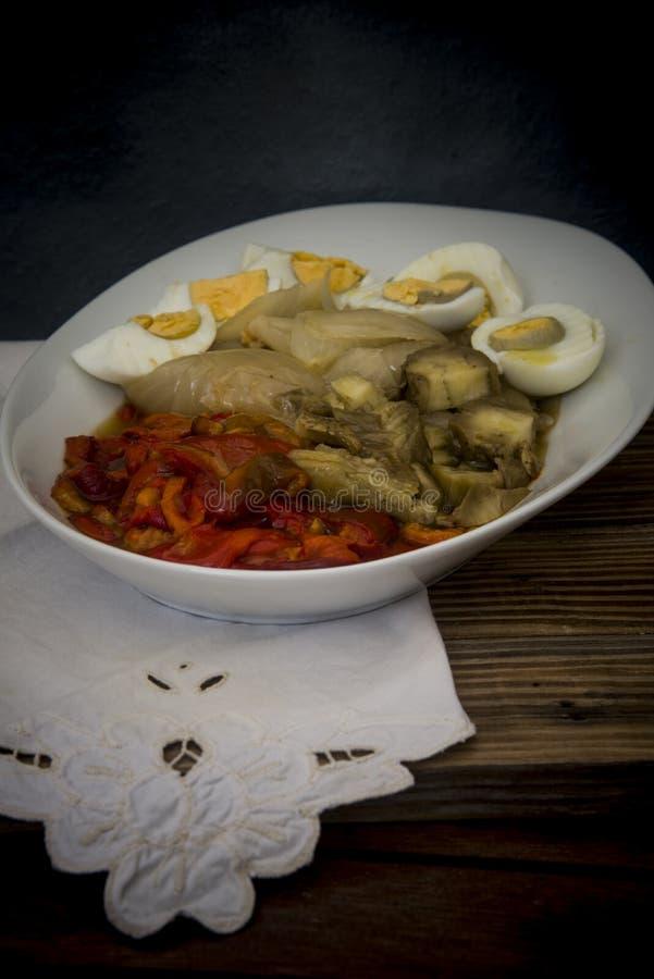 Piec czerwoni pieprze, s?odkie cebule, aubergines i gotuj?cy si? jajka na drewnianym tle, zdjęcie stock