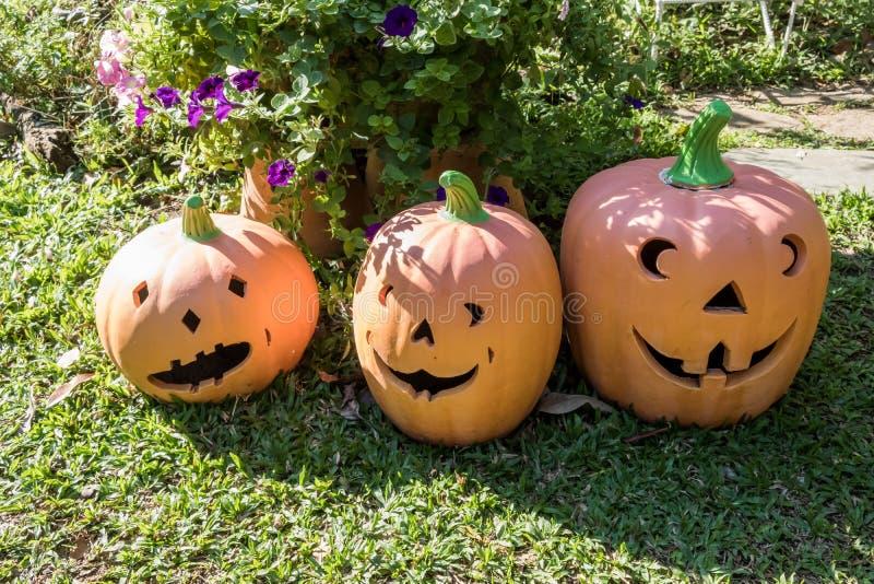 Piec gliniana bania w ogródzie Jeden symbole Halloween fotografia stock