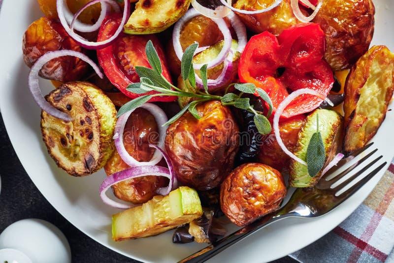 Piec gorący warzywa na białym talerzu zdjęcie royalty free