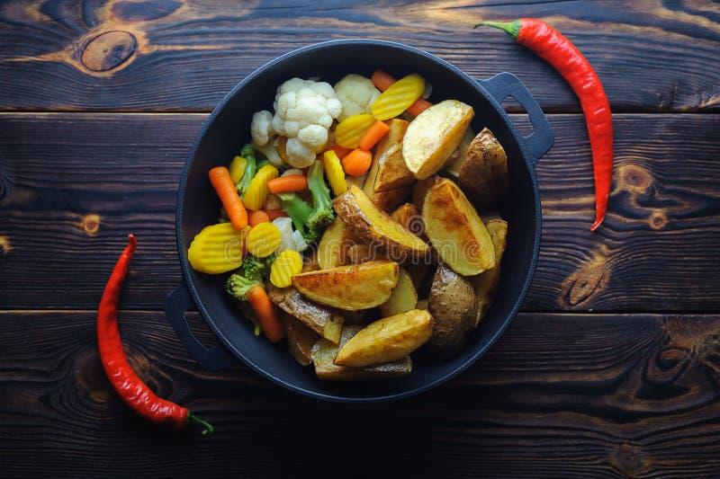 Piec grule z warzywami w smaży niecki i chili pieprzu obraz stock