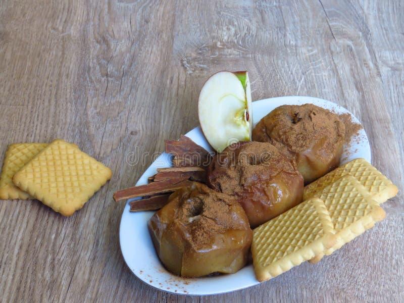 Piec i fress jabłka ciastka i cynamon na wieśniaka stylu dębowego drewna tle, Lekki życiorys organicznie śniadanie zdjęcia royalty free