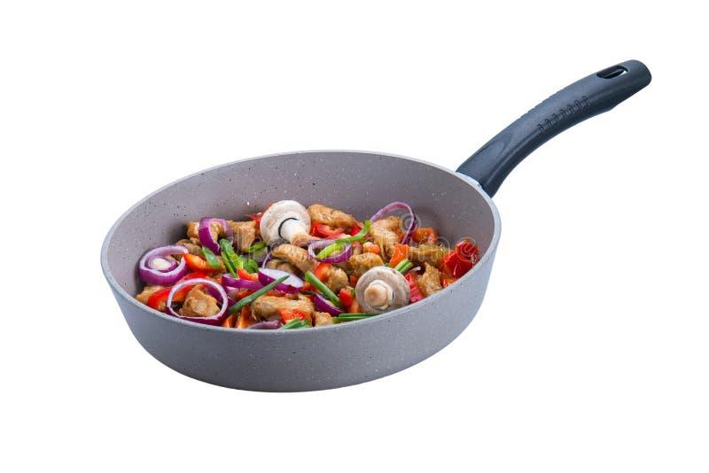 Piec indyczy mięso z warzywami w smaży niecce na białym tle obrazy royalty free