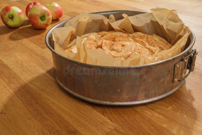 Piec jabłczany kulebiak i świezi jabłka zdjęcie stock