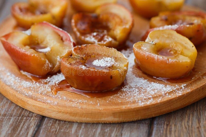 Piec jabłka na drewnianej desce, selekcyjna ostrość obraz stock