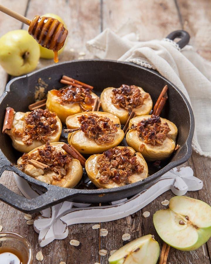 Piec jabłko z dokrętek, miodu i owsa płatkami, obraz stock