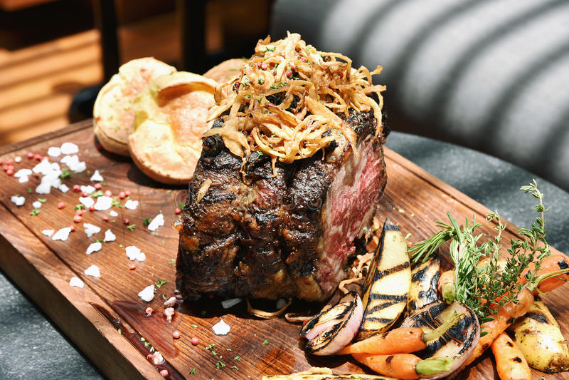 Piec jagnięca noga słuzyć z piec na grillu organicznie warzywem zdjęcie royalty free