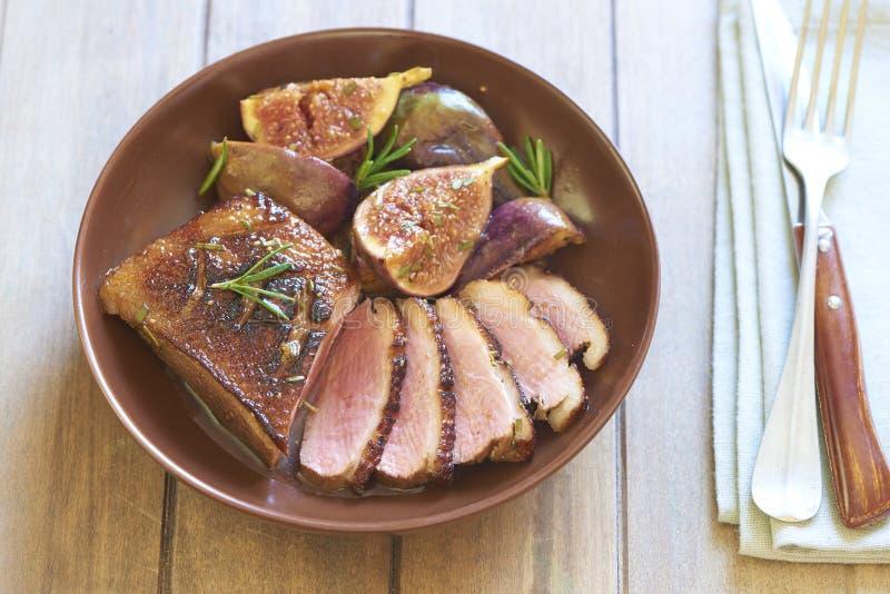 Piec kaczki pierś z figami i rozmarynami zdjęcie stock