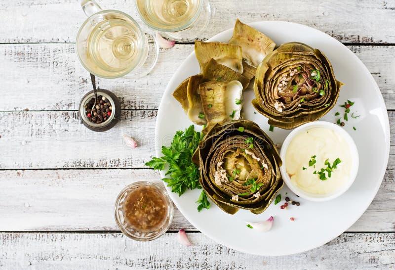Piec karczochy gotujący z czosnku kumberlandem obraz stock