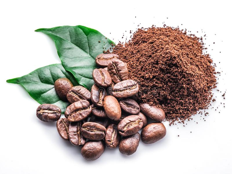 Piec kawowe fasole gruntują kawę na białym tle zdjęcie royalty free