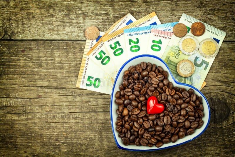 Piec kawowe fasole i ważni euro banknoty Kawowy handel Sprzedaż artykuły zdjęcia stock