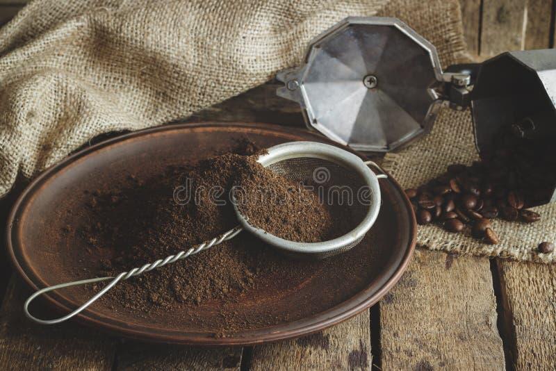 Piec kawowe fasole i zmielona kawa w talerzu obrazy royalty free