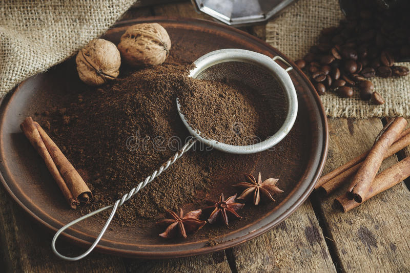 Piec kawowe fasole i zmielona kawa w talerzu fotografia royalty free