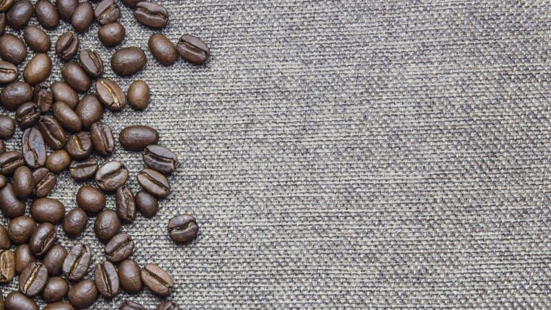 Piec kawowe fasole rozprzestrzeniają wokoło burlap tekstury tła Z dostępną kopii przestrzenią fotografia royalty free