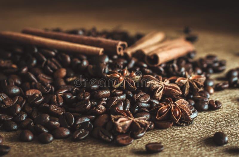 Piec kawowe fasole w masie na stole z cynamonem i gwiazdowym any?em Zmroku wci?? ?ycie - wizerunek fotografia stock