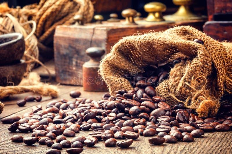 Piec kawowe fasole w rocznika położeniu zdjęcie royalty free