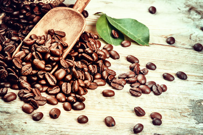 Piec kawowe fasole z starą drewnianą miarką kawowi kolekcj pojęcia wizerunki obraz royalty free