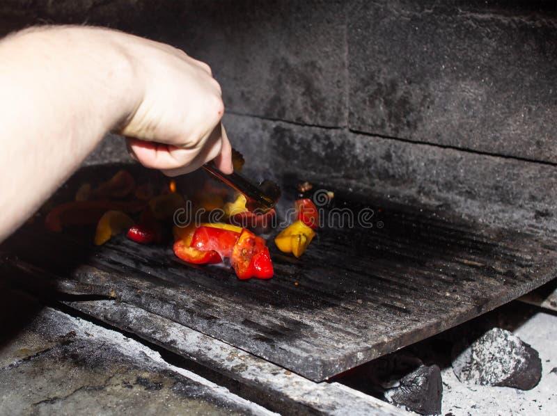 Piec kiszonych warzywa w piekarniku dla grilla, czerwieni i koloru żółtego pieprzy w piekarniku, jarosz, grill zdjęcia stock