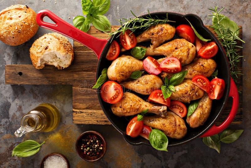 Piec kurczaków drumsticks w ciskającej żelaznej niecce zdjęcie stock
