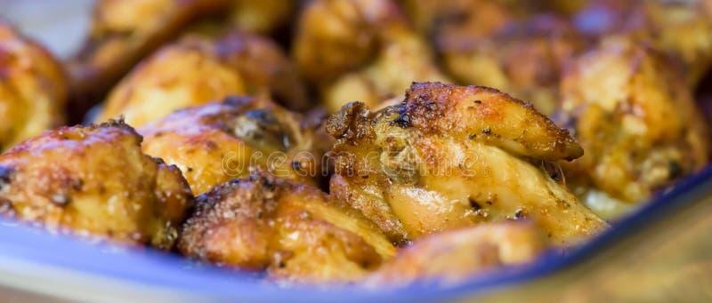 Piec kurczaków skrzydła makro-, zbliżenie - sztandaru projekt - zdjęcie royalty free