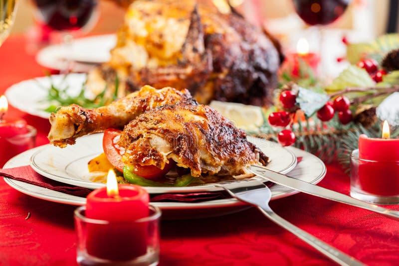 Piec kurczak dla Bożenarodzeniowego gościa restauracji obrazy royalty free