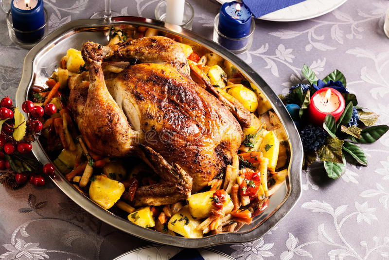 Piec kurczak dla Bożenarodzeniowego gościa restauracji obraz stock
