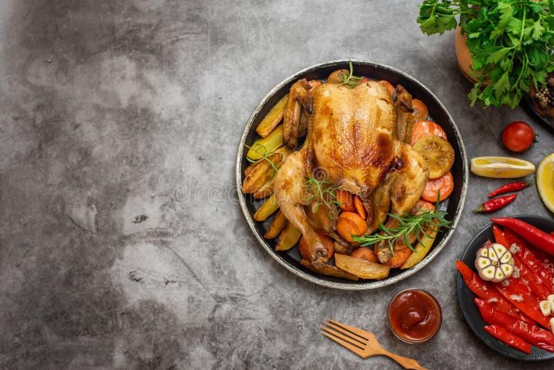 Piec kurczak, grule i warzywa w talerzu na popielatym tle, Odgórny widok Z kopii przestrzenią zdjęcie stock
