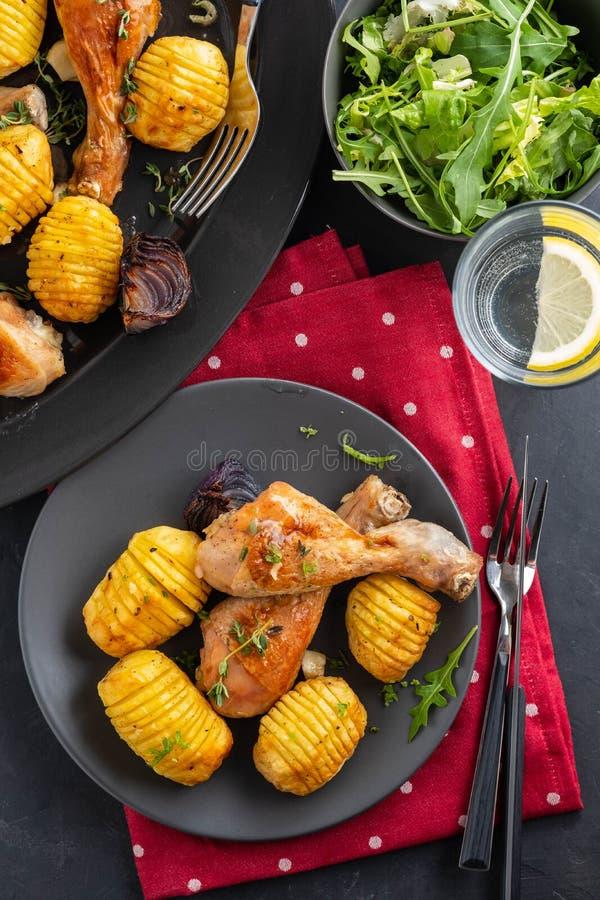 Piec kurczak noga z grulami kmin i czosnek na szarość talerzu dinner kosmos kopii obraz stock