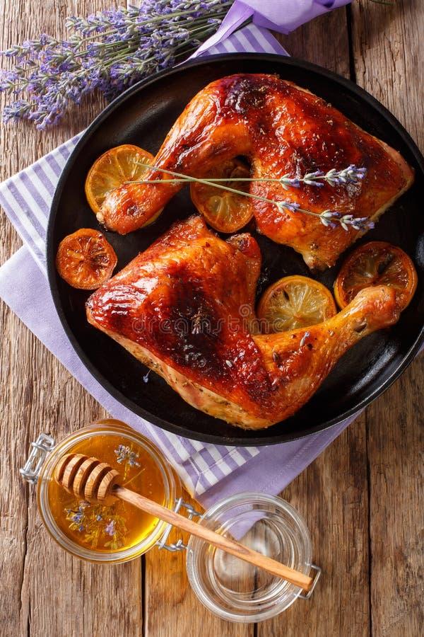Piec kurczak nogi z lawendowym miodu i cytryny zakończeniem na p obrazy royalty free