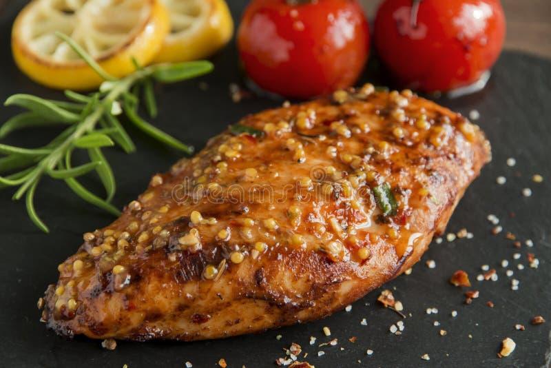 Piec kurczak polędwicowa pierś z cytryny musztardy pomidorowymi rozmarynowymi ziarnami miodowymi obrazy stock