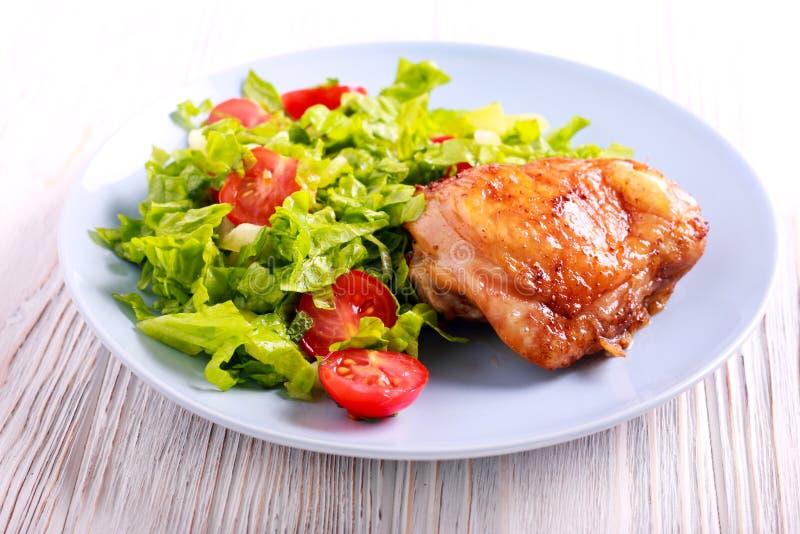 Piec kurczak sałatka i udo zdjęcia royalty free