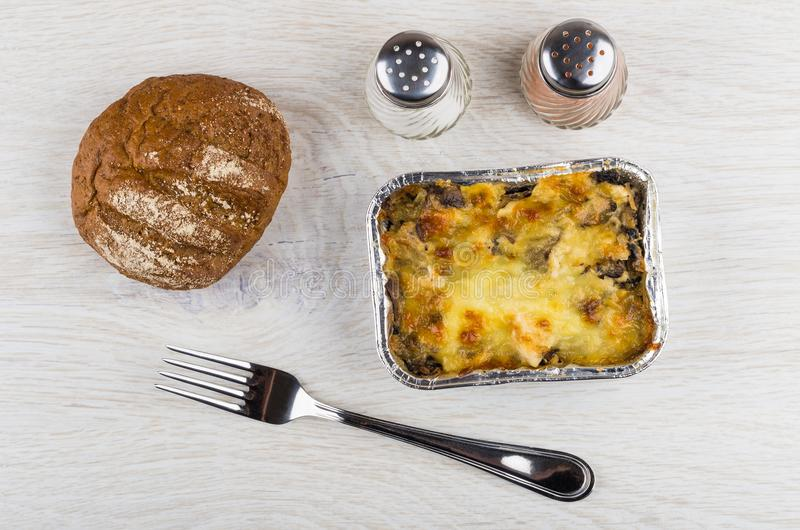 Piec kurczaka mięso z pieczarką w pudełku, chleb, sól, pieprz obrazy royalty free