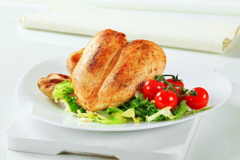 Piec kurczaka piersi z grulami i sałatką fotografia stock