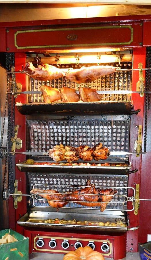 Piec kurczaki i porc stacza si? nad piec warzywami w opieczenia pude?ku z refrakcj? obraz stock