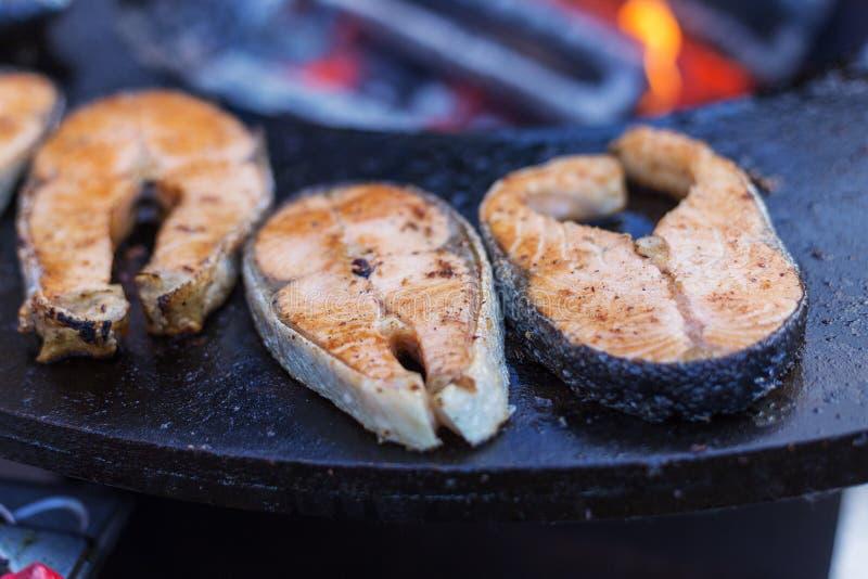 Piec na grillu łosoś na ulicznej niecce zdjęcie royalty free